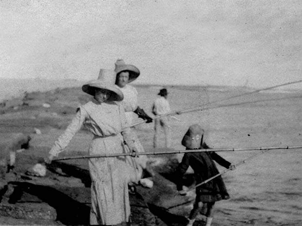 Port o connor ladies fishing on jetty for Port o connor fishing